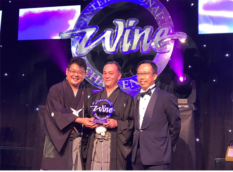In the middle, Tadashi Suzuki president of Ichinokura Co Ltd that awarded The IWC Great Value Champion Sake 2017 and the Best Brewery of the year.